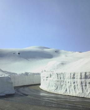 雪の壁に青空がお似合いです